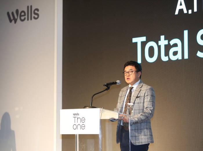 신동훈 교원 웰스사업본부장 사장이 웰스더원 신제품 발표회에서 발표하고 있다.