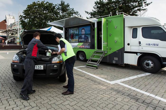 한국석유관리원(이사장 손주석)은 차량 내 연료 가짜여부를 현장에서 확인하는 차량연료 품질점검 서비스를 사회적 약자를 포함해 확대 시행한다. 현장에 설치된 이동시험실에서 분석 시험을 통해 가짜여부를 바로 확인하는 서비스다.