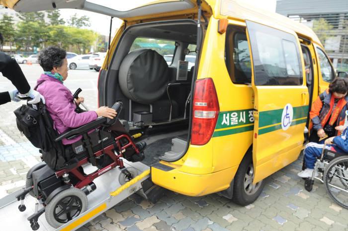 서울시 장애인콜택시를 AI스피커로 부를 수 있다.