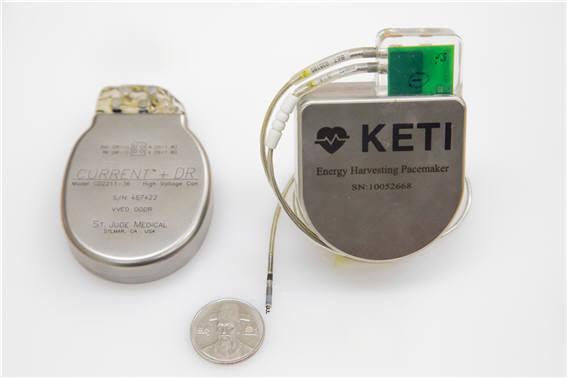 세인트주드메디컬의 상용 심박동기(왼쪽)와 KETI가 개발한 시제품
