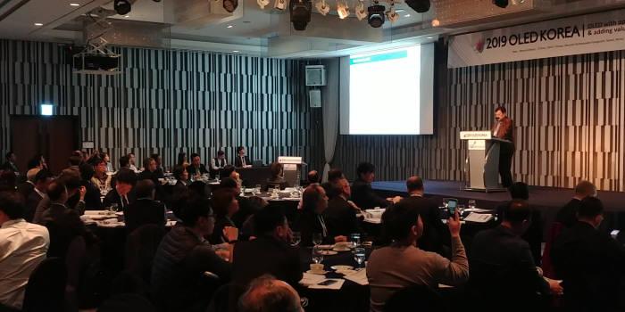유비리서치(대표 이충훈)가 6일 서울 노보텔앰버서더강남 호텔에서 2019 OLED 코리아 세미나를 개최했다. 이충훈 대표가 강연하고 있다. (사진=전자신문DB)