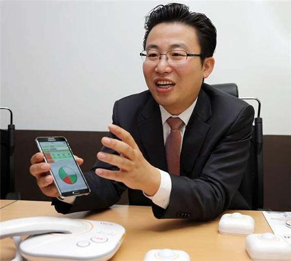 3세대 텔레케어 서비스 리본 스마트케어를 소개하는 이승엽 하이디어솔루션 대표.