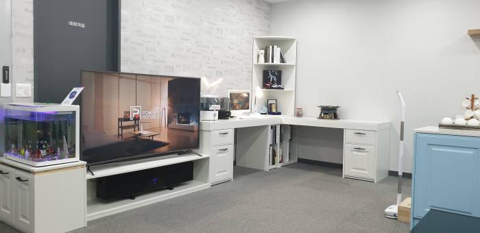 자기공진 무선충전 모듈 탑재 가전제품이 전시된 파워리퍼블릭 안양 본사 쇼룸 전경.