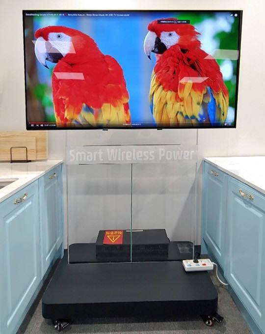 파워리퍼블릭이 무선전력전송 원천 특허기술을 적용해 국내 TV 제조사와 개발한 350W급 4K UHD TV.