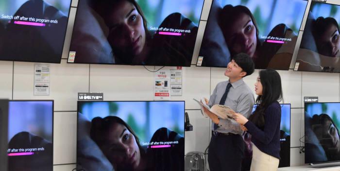 용산 전자랜드에서 소비자들이 OLED TV를 살펴보고 있다.<전자신문DB>