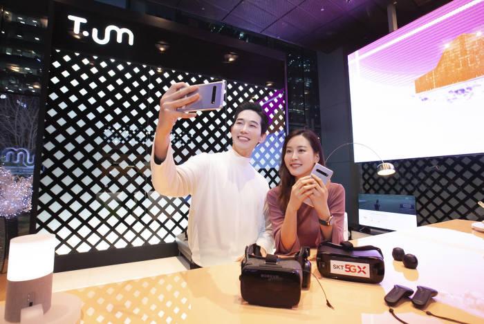 SK텔레콤은 14일부터 「갤럭시S10 5G」, 「V50씽큐 5G」를 서울 을지로 본사 1층 ICT체험관 티움(T.um)에서 전시한다. 이곳을 방문한 관람객들은 실제 5G상용망과 연동한 5G스마트폰 및 각종 서비스를 체험해볼 수 있다.