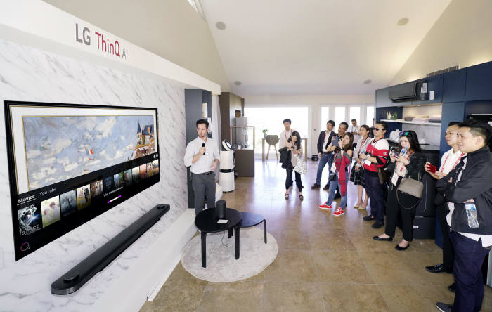 LG전자가 호주 시드니에서 올해 첫 LG 이노페스트를 열었다. LG전자는 시드니 근교 일반 주택을 LG 홈으로 꾸며 고객이 실제 주거공간에서 제품을 직접 경험할 수 있도록 했다. LG 이노페스트 참가자들이 거실에서 인공지능 LG 씽큐(LG ThinQ)를 체험하고 있다.