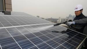 미세먼지, 태양광 발전효율 40% 가까이 떨어뜨렸다…'재생에너지 3020' 발목 잡을라