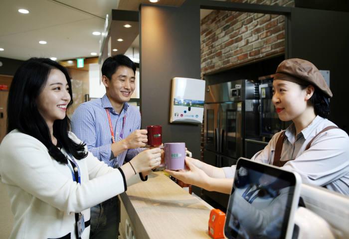 삼성디스플레이는 에코인(eco人) 캠페인 일환으로 사내 카페에서 머그컵을 지참하고 음료를 구입하는 직원에게 할인 혜택을 제공한다. (사진=삼성디스플레이)