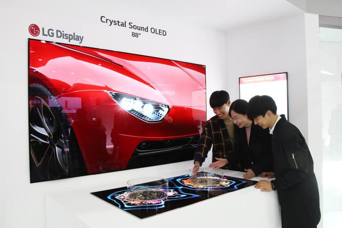 LG디스플레이는 14일부터 17일까지 중국 상하이에서 열리는 중국 최대 가전 박람회 AWE 2019에 처음 참가해 OLED TV 우수성을 알린다. 별도 스피커 없이 화면에서 직접 소리가 나는 LG디스플레이 88인치 8K 크리스탈 사운드 OLED를 관람객이 체험하고 있다.(사진=LG디스플레이)