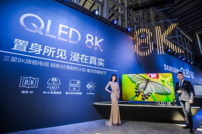 삼성전자 모델들이 2019년형 QLED 8K를 선보이고 있다.