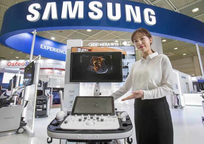 삼성전자 모델이 프리미엄 초음파 진단기기 플랫폼 신제품 HERA W10을 선보인다