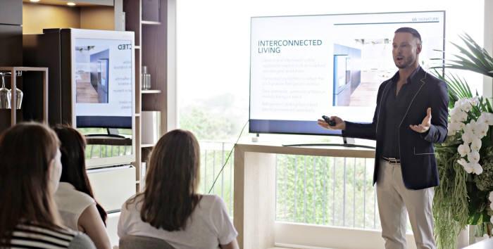 LG전자가 15일 호주 시드니 근교에 마련한 LG 홈(LG Home)에서 호주 출신 유명 인테리어 디자이너 다렌 파머를 초청해 LG 시그니처 디자인 마스터클래스를 진행했다.