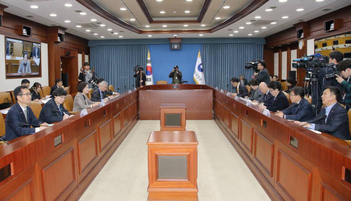 유은혜 부총리는 15일 열린 사회관계부처장관회의에서 포용국가 실현을 위한 방안을 논의했다.