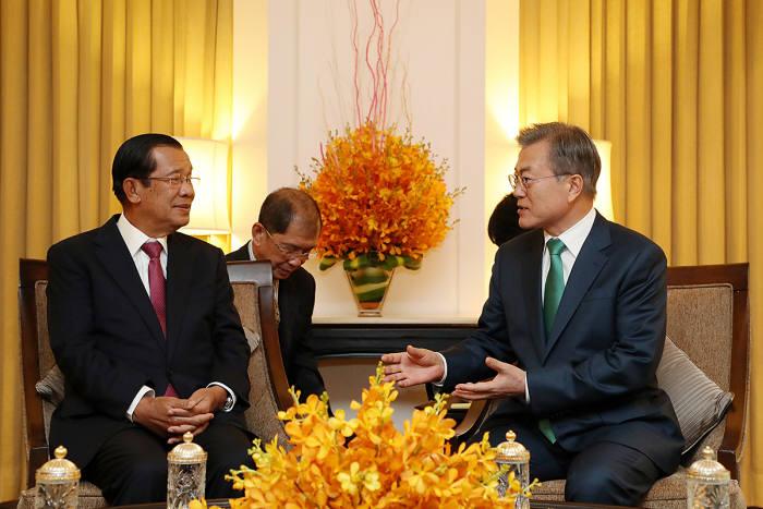 캄보디아를 국빈 방문한 문재인 대통령이 14일 오후(현지시간) 캄보디아 프놈펜 숙소 호텔에서 훈센 총리와 환담을 나누고 있다.
