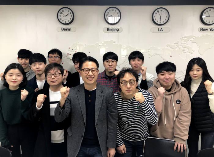 김철민 이호스트ICT 대표(앞줄 왼쪽 세 번째)가 임직원들과 글로벌 ICT 토털솔루션 기업으로 올해 해외매출 70%를 달성하겠다고 다짐하고 있다.