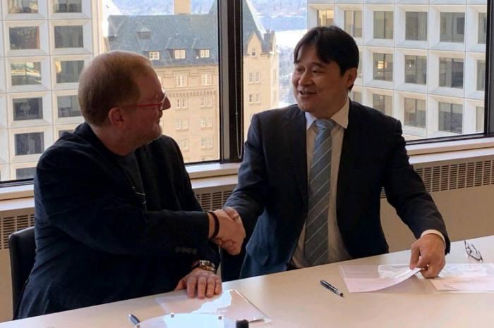 캐나다 AMII 멤버십 협약식에서 유태준 마인즈랩 대표(오른쪽)가 관계자와 인사하고 있다. 마인즈랩 제공