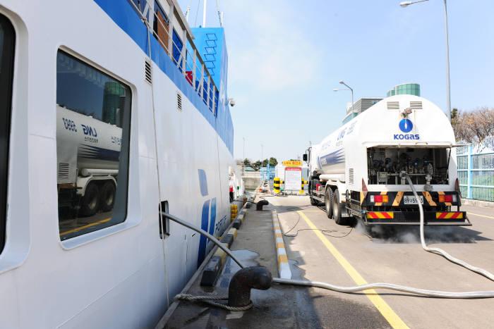 한국가스공사가 2025년까지 천연가스 신사업에 1조원을 집중 투자한다. 국내 최초 LNG추진선박인 인천항만공사 에코누리호에 LNG벙커링을 실시하는 모습.