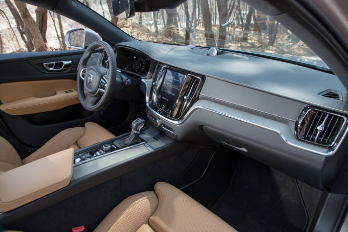볼보 크로스컨트리 V60 실내.