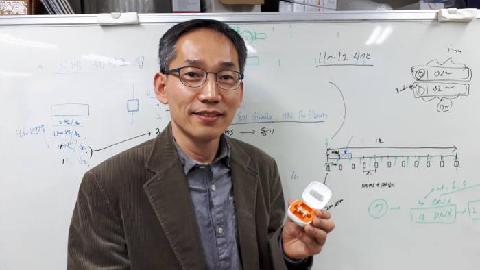 박형일 ETRI SoC설계연구그룹 책임연구원이 최근 개발에 성공한 인체통신 기반 캡슐내시경을 들어 보이는 모습.