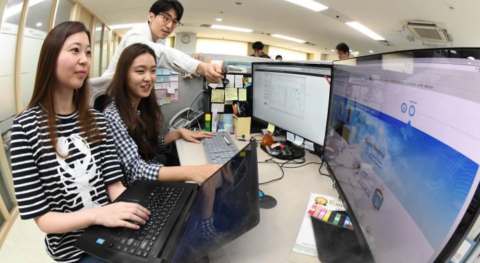 이지케어텍 연구진이 병원정보시스템을 점검하고 있다.(사진: 전자신문DB)