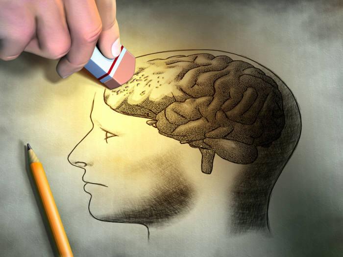 디지털치매는 퇴행성 치매와 달리 과도한 스마트 기기 의존으로 우리 뇌의 인지 기능이 저하하는 것이다. (출처: shutterstock)