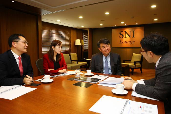 삼성증권 SNI라운지에서 전문가가 컨설팅을 하고 있는 모습