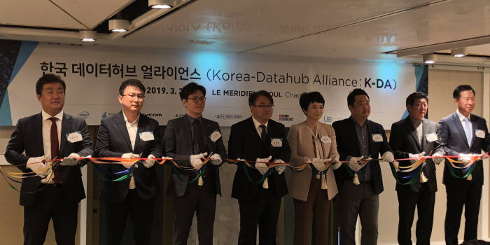26일 서울 강남 르메르디앙에서 열린 데이터허브 얼라이언스 발족식에서 권명숙 인텔코리아 대표(왼쪽 다섯번째), 김명진 이노그리드 대표(여섯번째), 공영삼 테라텍 대표(일곱번째) 등이 테이프커팅을 하고 있다.