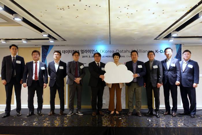 26일 한국 데이터허브 얼라이언스(K-DA) 발족식 참석자들이 사진촬영을 하고 있다. K-DA 제공