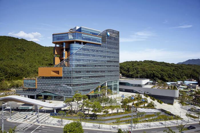 한국중부발전은 15일부터 19일까지 5일간 신중년·청년층을 대상으로 연료전지-태양광 창업교육을 시행한다.