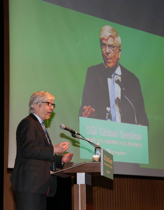 2018년 노벨경제학상 수상자인 폴 로머 교수가 혁신성장, 한국경제가 가야할 길을 주제로 열린 세미나에서 발표하고 있다.