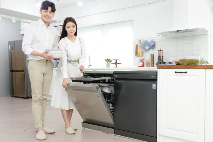 LG전자가 29일 프리미엄 식기세척기 LG 디오스 식기세척기를 출시한다. 모델이 신제품 중 맨해튼 미드나잇 색상과 샤이니 퓨어 색상의 라인업을 소개하고 있다.