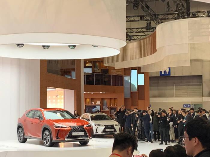 28일 열린 2019 서울모터쇼 프레스데이 렉서스 부스. 렉서스는 이날 신차 UX를 첫 공개했다.