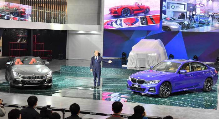 김효준 BMW코리아 대표가 28일 일산 킨텍스에서 열린 2019 서울모터쇼 프레스데이에서 신차를 소개하고 있다.