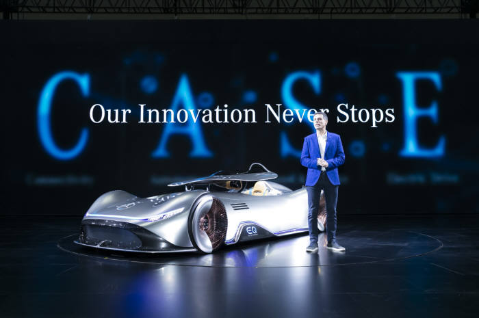 디미트리스 실라키스 사장이 콘셉트카 비전 EQ 실버 애로우를 소개하고 있다.