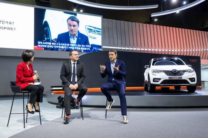 로렌스 반 덴 애커르노 그룹 디자인 총괄 부회장이 2019 서울모터쇼 르노삼성차 프레스 컨퍼런스에서 XM3 인스파이어(INSPIRE) 쇼카를 설명하고 있다.