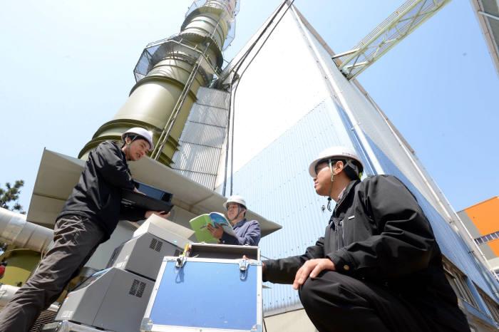 발전소 굴뚝TMS 측정 모습.