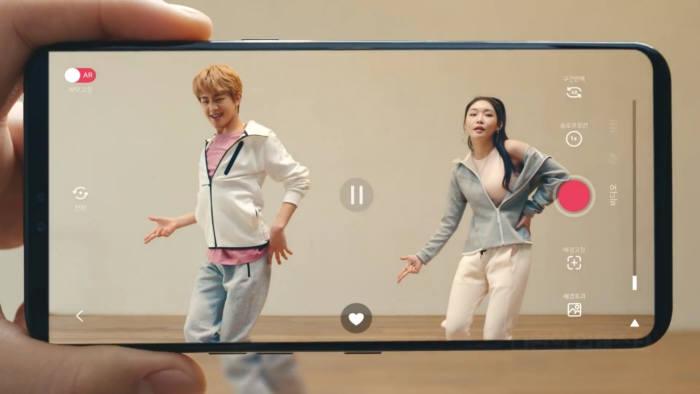 LG유플러스가 준비하고 있는 U+AR 광고영상 스틸 컷. 이 서비스는 TV속 스타를 내가 있는 곳으로 불러와 3D 입체로 감상하고 공유할 수 있다. [사진=LG유플러스]