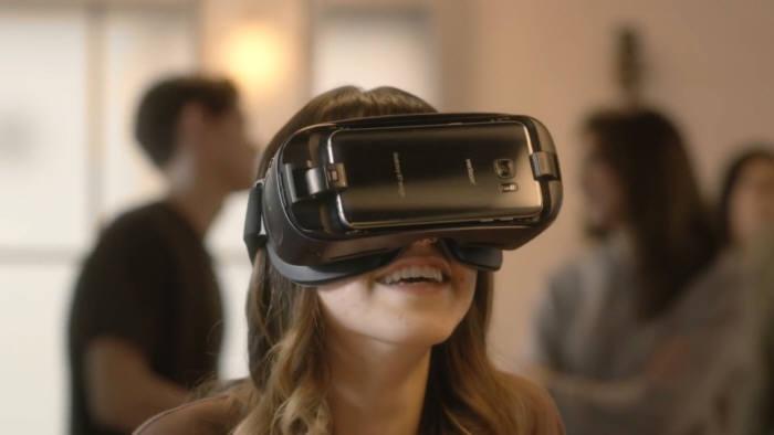 오큘러스 HMD 제품군 중 하나인 기어 VR은 삼성전자 갤럭시 스마트폰을 휴대용 VR 기기로 활용한 사례다 [사진=오큘러스]