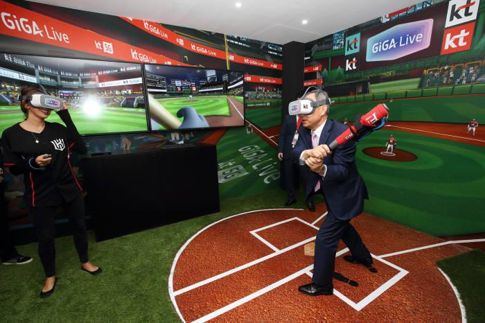 지난 2월 MWC 2019 KT 부스에 들른 황창규 회장이 기가 라이브 TV 단말을 쓰고 VR 야구게임을 체험하고 있다 [사진=KT]