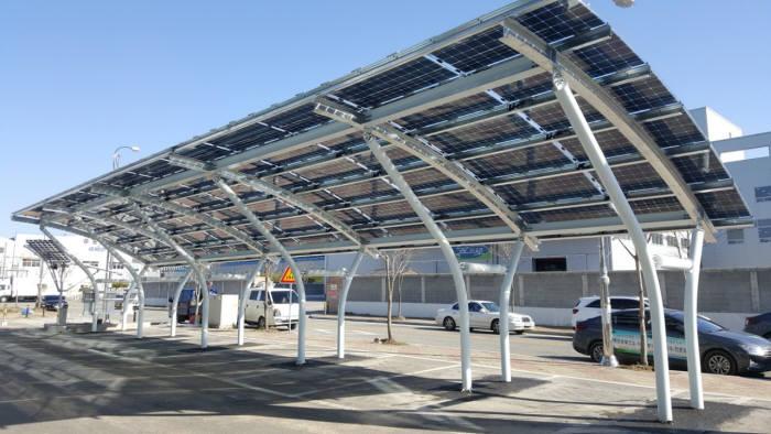 에코전력이 광주 평동산단 본사에 설치한 노프레임 양면형 태양광 모듈 실증단지.