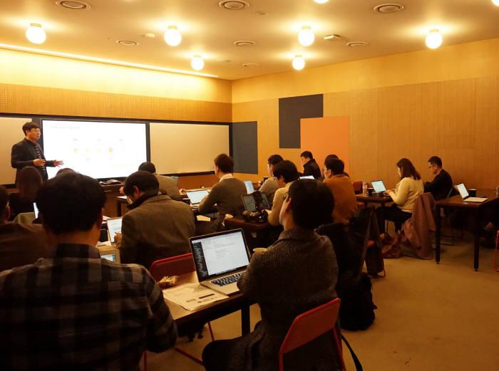 방혁준 쿤텍 대표가 디셉션그리드 개념에 대해 설명하고 있다.