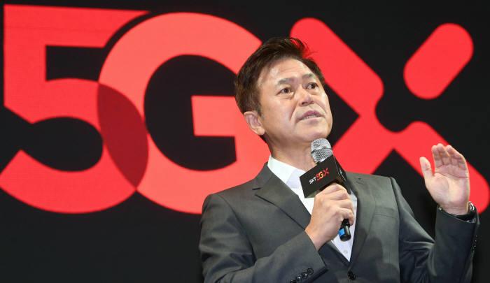 SK텔레콤은 3일 서울 중구 을지로 T타워에서 5GX 서비스 론칭 쇼케이스를 열고 세계 최초 5GX 상용화를 선언했다. 박정호 SK텔레콤 사장이 5GX 기술을 소개하고 있다. 박지호기자 jihopress@etnews.com