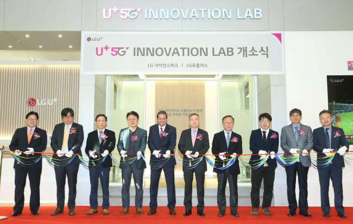 LG유플러스는 3일 마곡 사옥에 중소기업이 5G 기술과 서비스를 검증·개발할 수 있는 5G 이노베이션 랩을 개관했다. (왼쪽부터) 박형일 LG유플러스 전무(CRO), 김승수 한국 퀄컴 전무, 최주식 LG유플러스 부사장, 안승권 LG사이언스파크 사장, 헤이즈 마카맨8i 대표, 하현회 LG유플러스 부회장, 석종훈 중소벤처기업부 창업