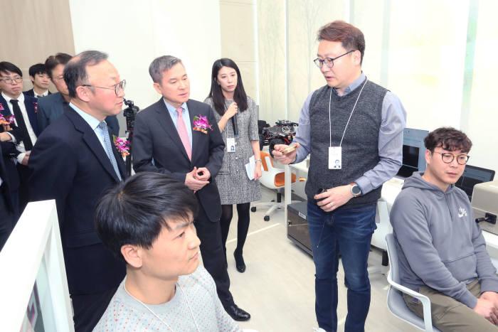 하현회 LG유플러스 부회장(가운데)이 5G 이노베이션 랩에서 중소기업의 기술 테스트를 살펴보고 있다.