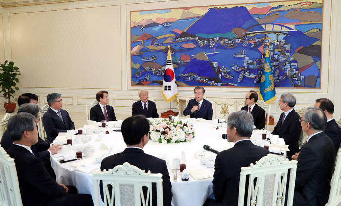 3일 청와대에서 가진 경제 원로들과 오찬 간담회에서 문재인 대통령이 발언을 하고 있다.<사진:청와대>