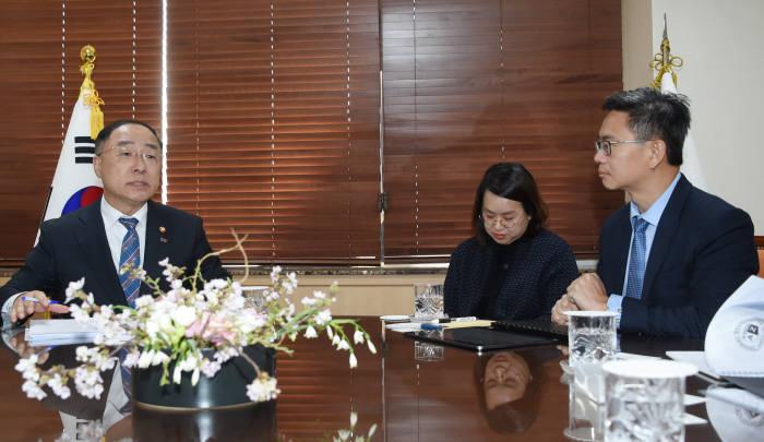 홍남기 경제부총리 겸 기획재정부 장관(왼쪽)이 S&P 연례협의단과 대화를 나누고 있다.