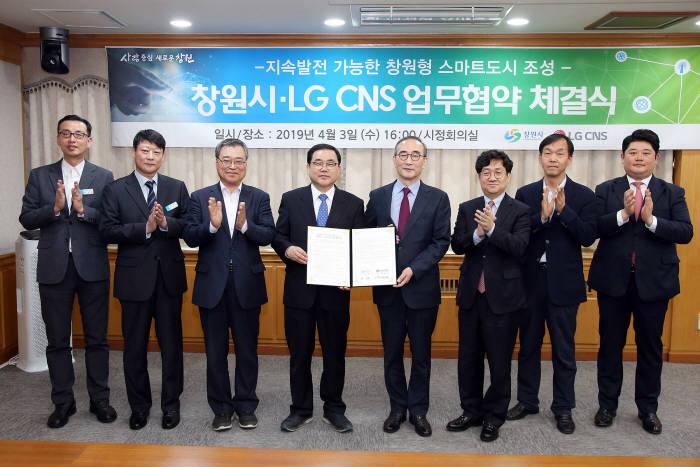 3일 창원시와 LG CNS 업무협약식에서 허성무 창원시장(왼쪽 네번째)와 김영섭 LG CNS 사장(다섯번째) 등 양측 관계자들이 사진촬영을 하고 있다. LG CNS 제공