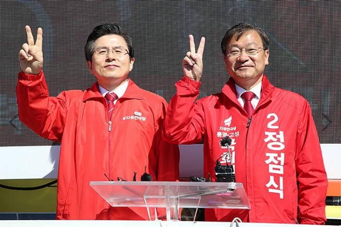 황교안 자유한국당 대표(왼쪽)와 정점식 당선자