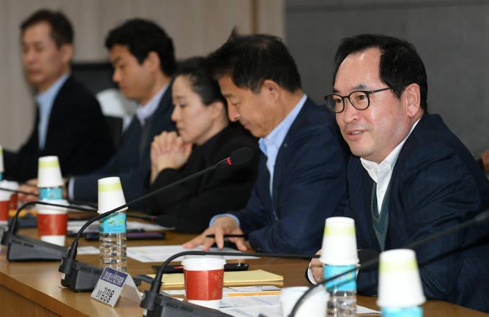 제1차 ICT CEO포럼이 3일 경기도 성남시 글로벌R&D센터에서 열렸다. 김창용 정보통신산업진흥원장이 인사말을 하고 있다. 이동근기자 foto@etnews.com